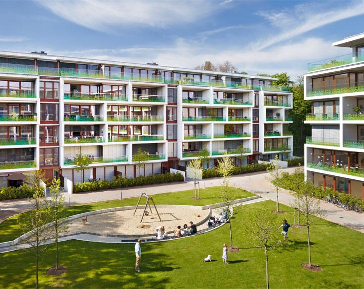 Bema Gruppe stellt vor: Das Wohnensemble im Stadtteil Düsseltal in Düsseldorf beeindruckt mit unverbautem Blick ins Grüne.